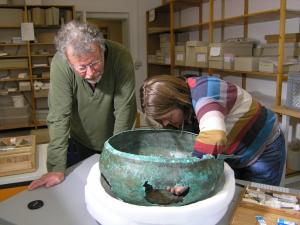 The cauldron, with paleobotanist Manfred Rösch and conservator Tanja Kreß in Tübingen. Source: Bettina Arnold